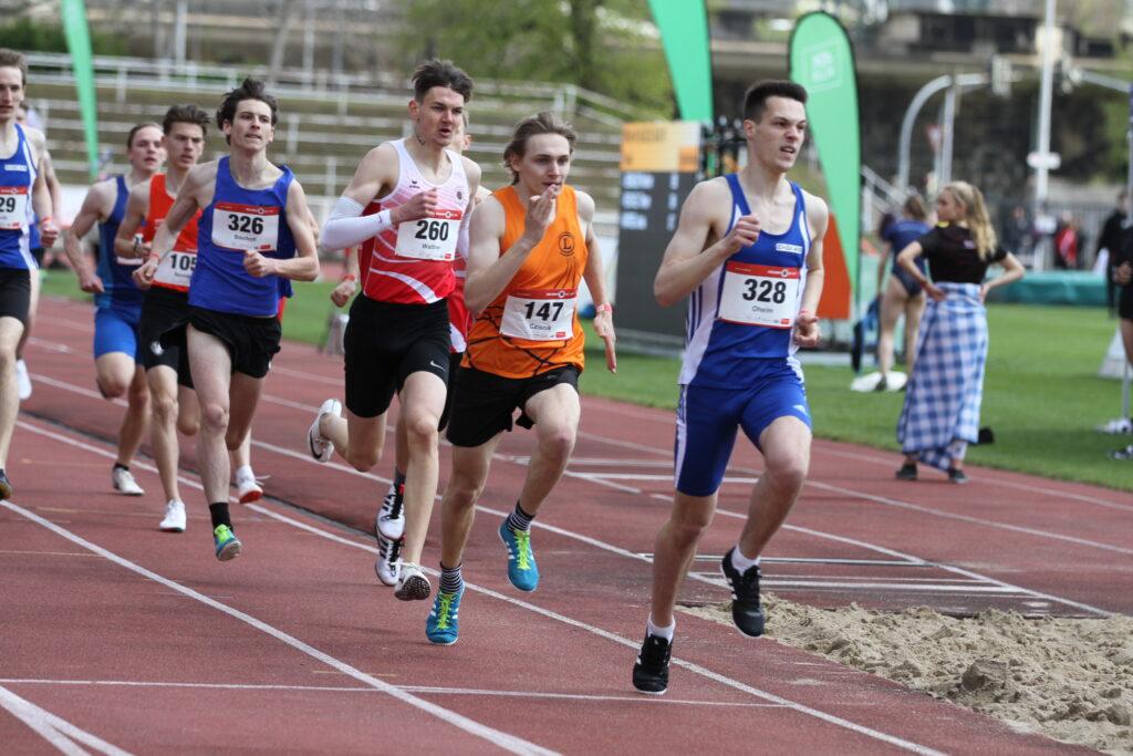 Beim ersten 800 Meter in Dresden läuft Till Czisnik (U20) in 1:54,02 Minuten einen neuen Vereinsrekord und erfüllt die Quali für die Deutsche Jugendmeisterschaft (Foto (c) by Karl-HeinzFlucke