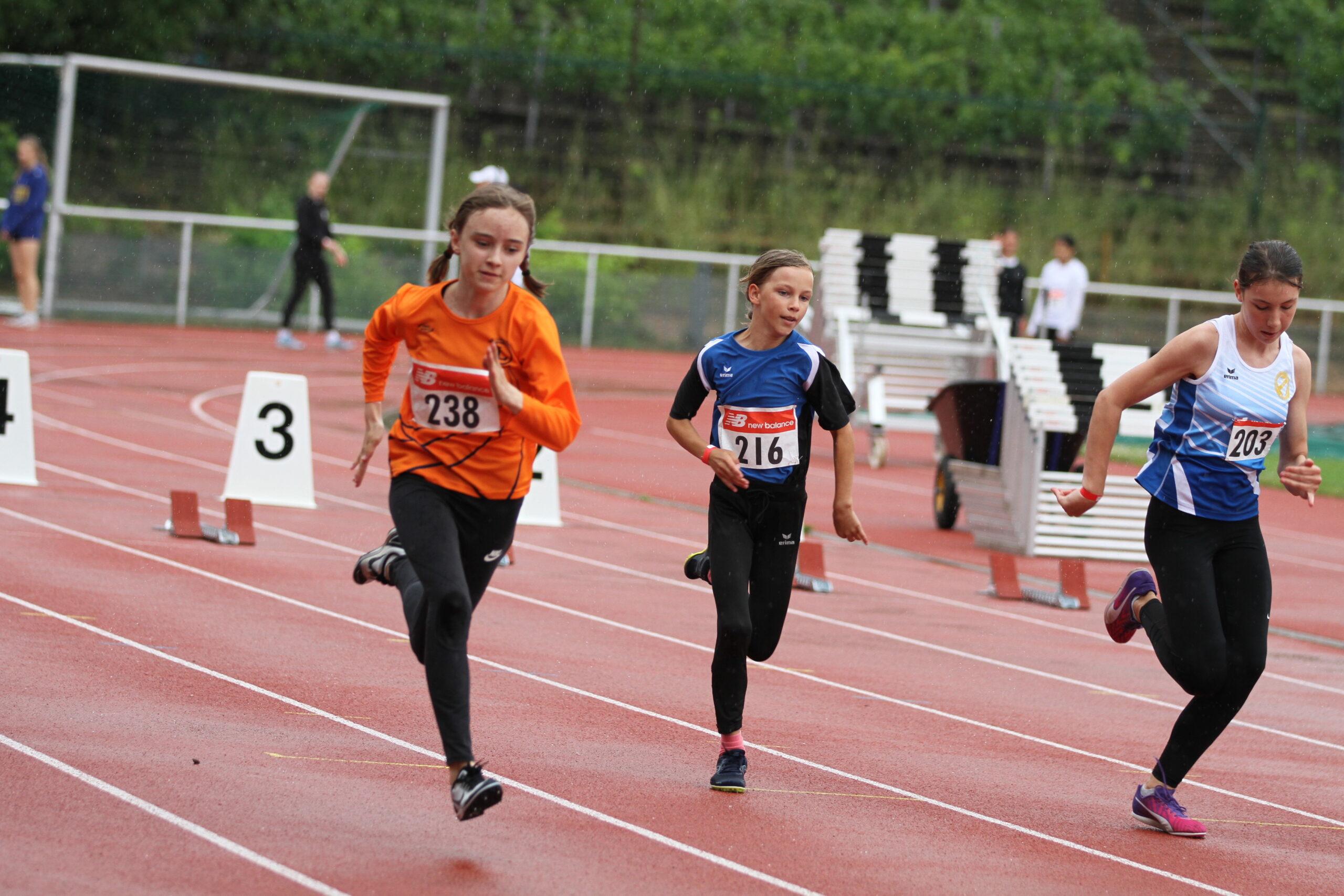 Vivid Krems (W12) wird Doppelsiegerin mit 10,49 Sekunden im 75 m Lauf und 2:42,13 min. über 800 Meter
