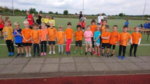 17 Kinder der TuSLi Leichtathleten der Altersklasse U8 stehen nebeneinander