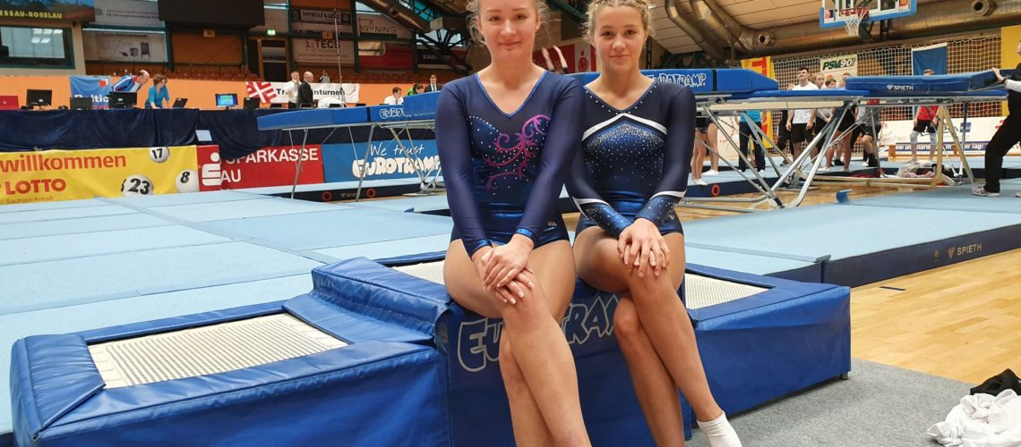 Lisa (rechts) in der Dessauer Halle nach dem Einturnen am Samstag
